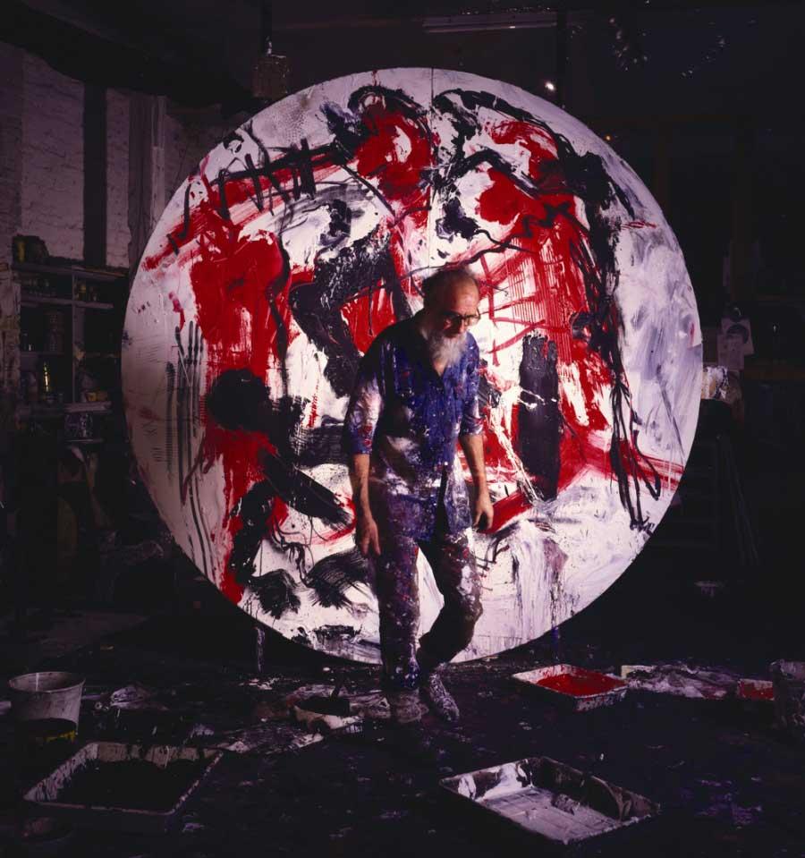 Emilio Vedova conla sua opera Tondo non dove (1986)