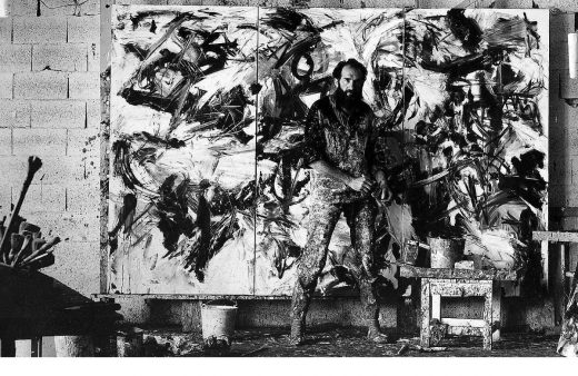 Emilio Vedova nel suo studio